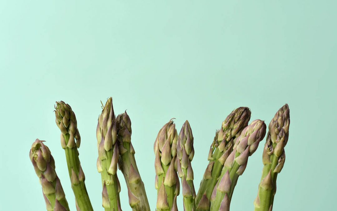raw asparagus on a green background contains antioxidants